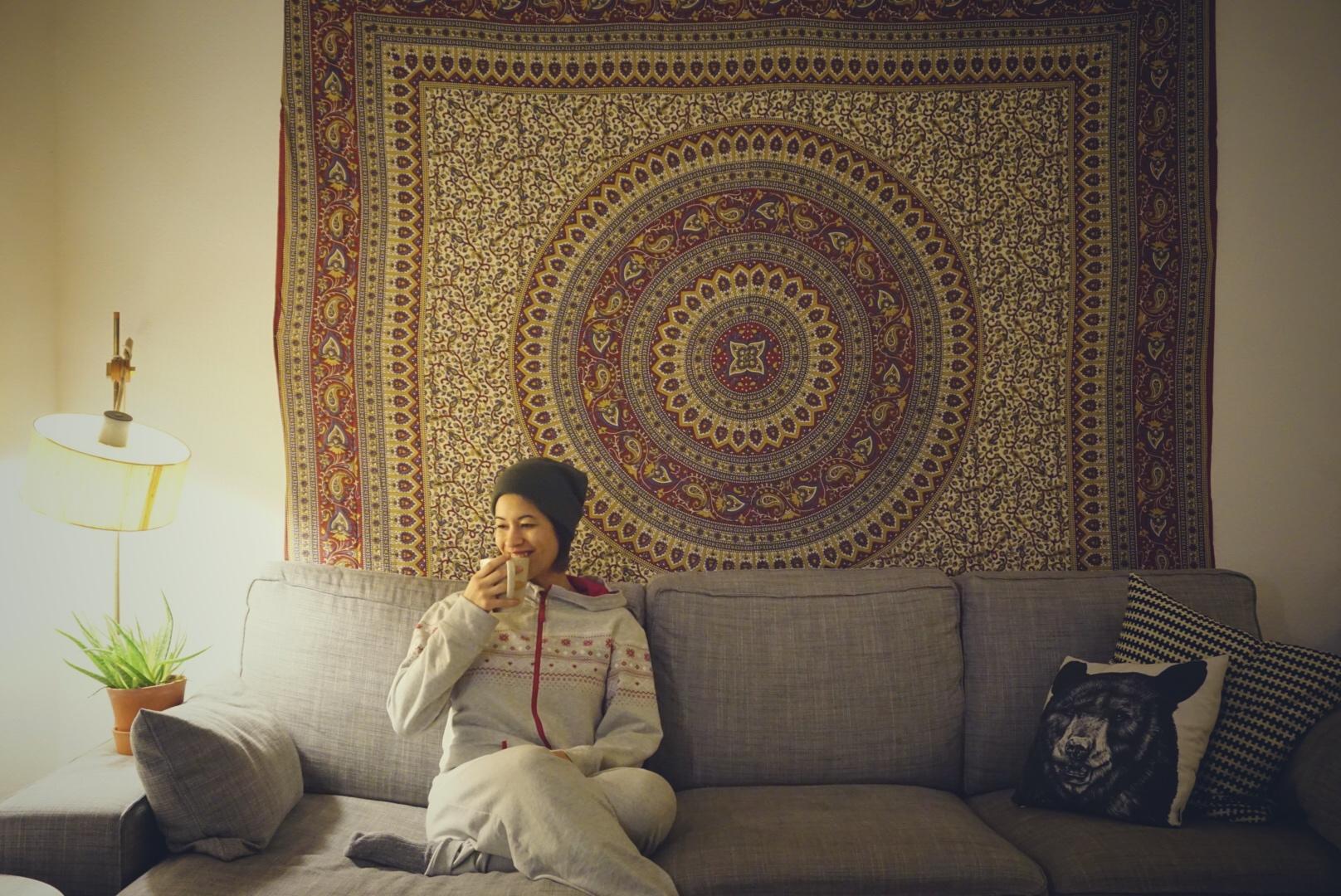 Wintertief Artikel. Dies ist das Titelbild auf dem die Autorin auf einem Sofa sitzt.